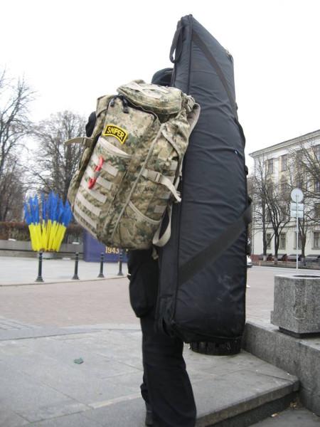 Ребята из охраны Януковича вообще без печали. Спустился с Салюта и по полной выкладке через квадрат протопал