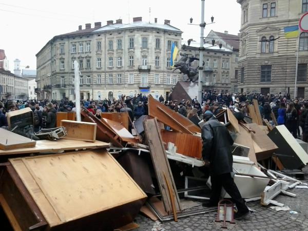 Львов, барикада возле МВД. 19.02.14