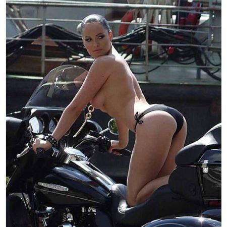 Телочка на мотоцикле