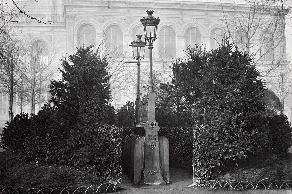 1875. Парковый писсуар на Елисейских Полях.jpg