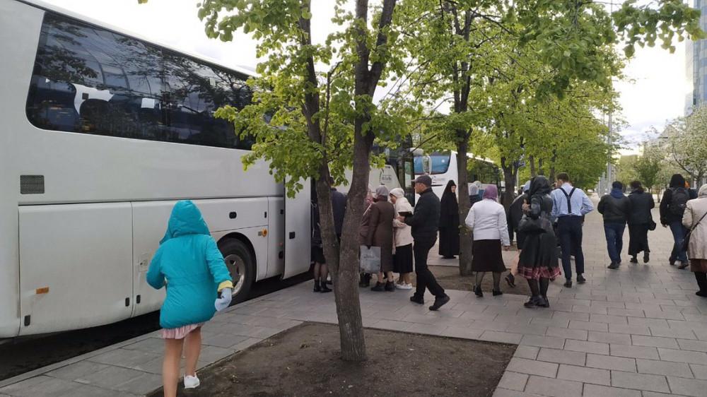 Верующие очень спешно покидали сквер. Теперь понятно — они торопились в автобусы