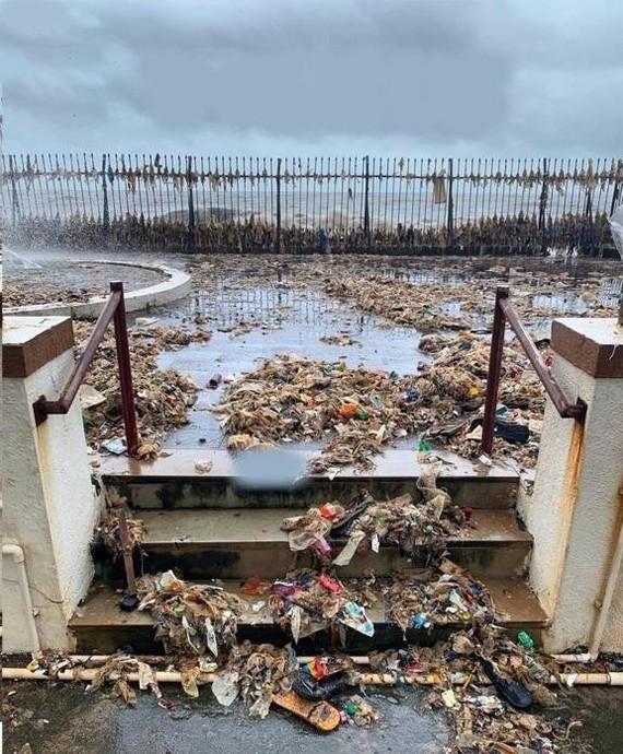 Океан решил вернуть людям обратно все то, что они выбросили в него