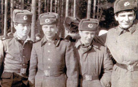 Абрамович первый слева