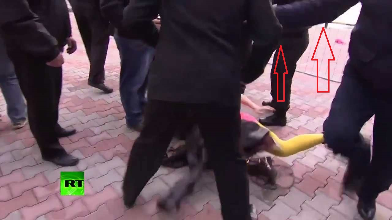 Фото мужчина сунул женщине 15 фотография