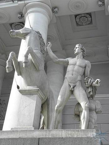 Красногвардейский манеж скульптурная группа Диоскуры