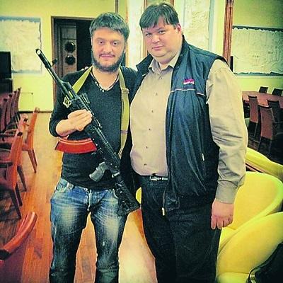 Александр Аваков позирует с автоматом