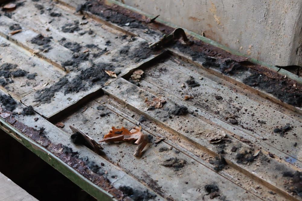 Деревянные двери вместо мостиков через дыры в полу
