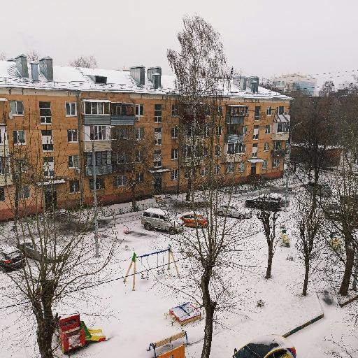 Это снег, а не хлорка, которой посыпают двор в борьбе с вирусом.