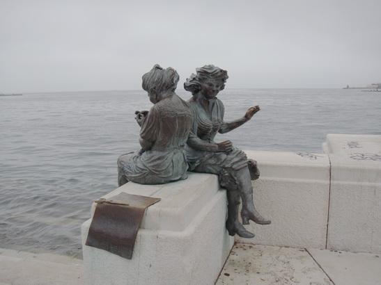 Памятник девушкам