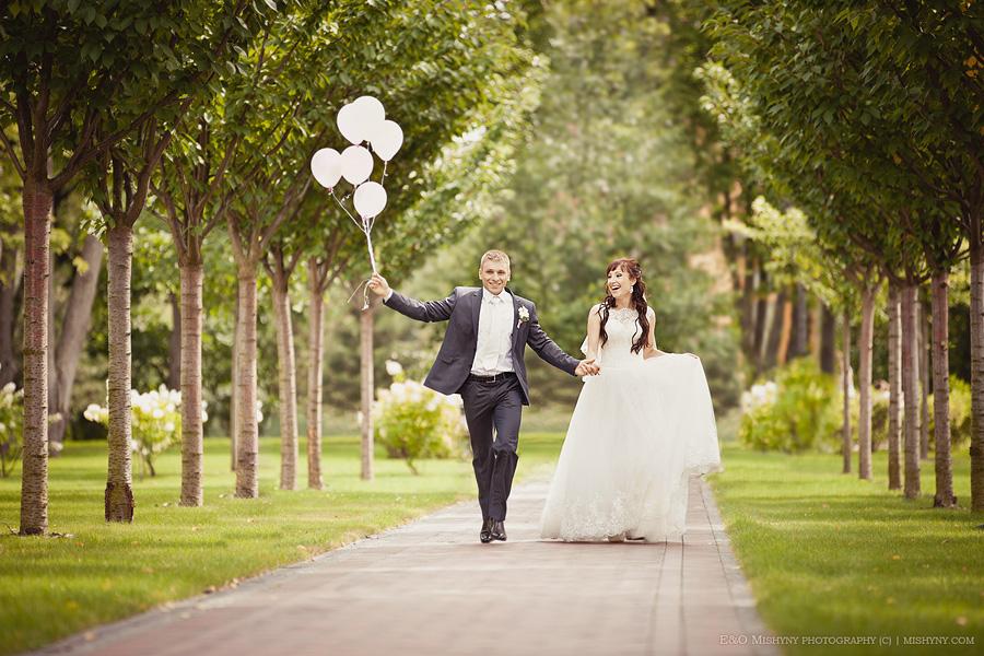 Фотограф на свадьбу в Киеве, Межигорье, Киев, воздушные шары, счастливые молодожены