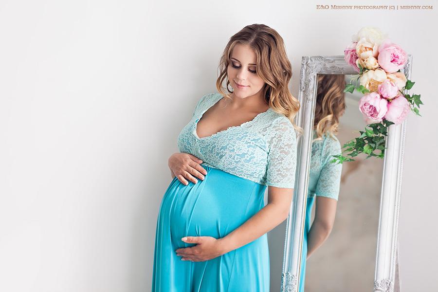 Фотограф беременных в Киеве, красивая будущая мама, беременная девушка смотрит на животик