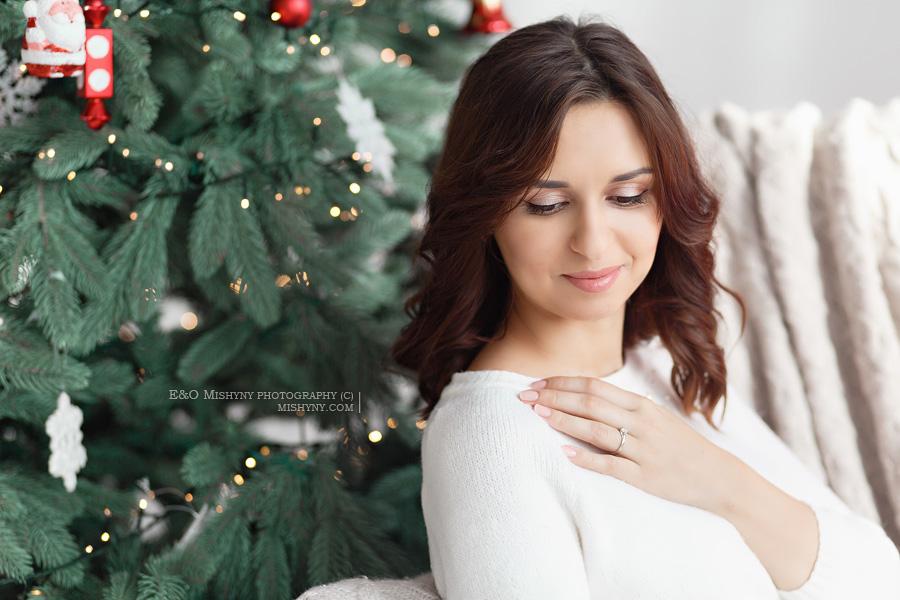 Красивый портрет у елки, новогодняя фотосессия, фотосессия беременности, новый год, студийная фотосессия, портрет девушки, фотостудия Горошинка, студия Goroshynka, Киев