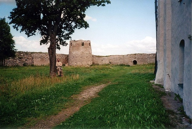 В крепости у храма
