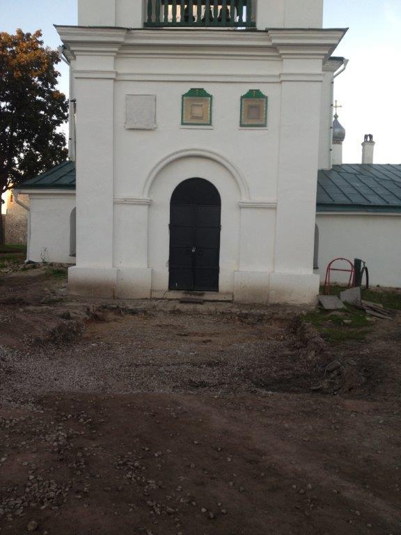 07.09.13_иконы и мостовую перед храмом не вернули