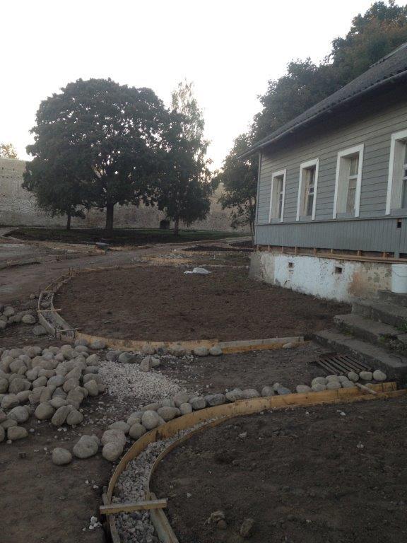 07.09.13_у дома священника после вырубки сирени