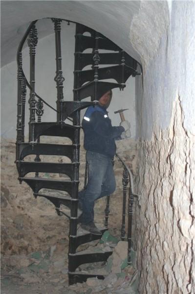 Реставрация внутри храма 14 века 04
