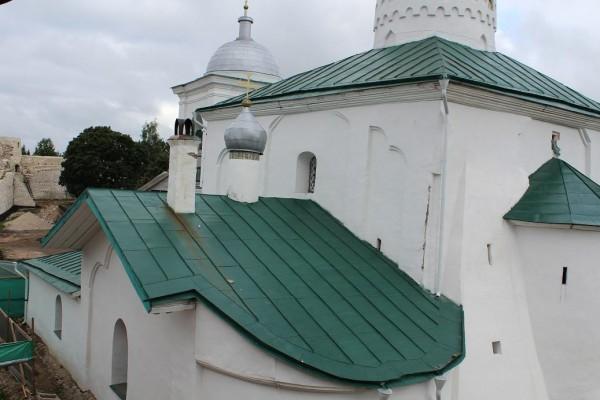 Реставрация кровли храма 14 века закончена 02