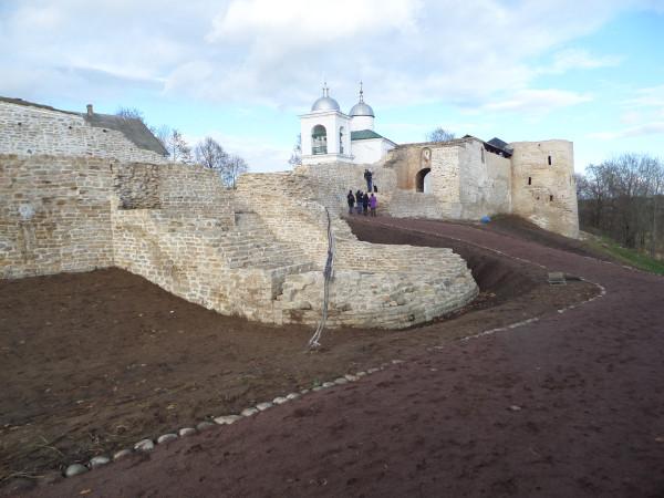Возведенный новодел в Изборской крепости