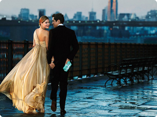 1. девушка в платье, мужчина дарит подарок