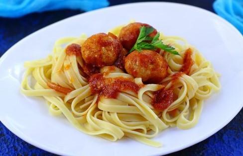 spagetti-s-frikadelkami-v-tomatnom-souse-600x400