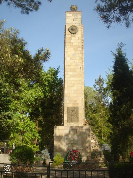 33 обелиск в центре парка