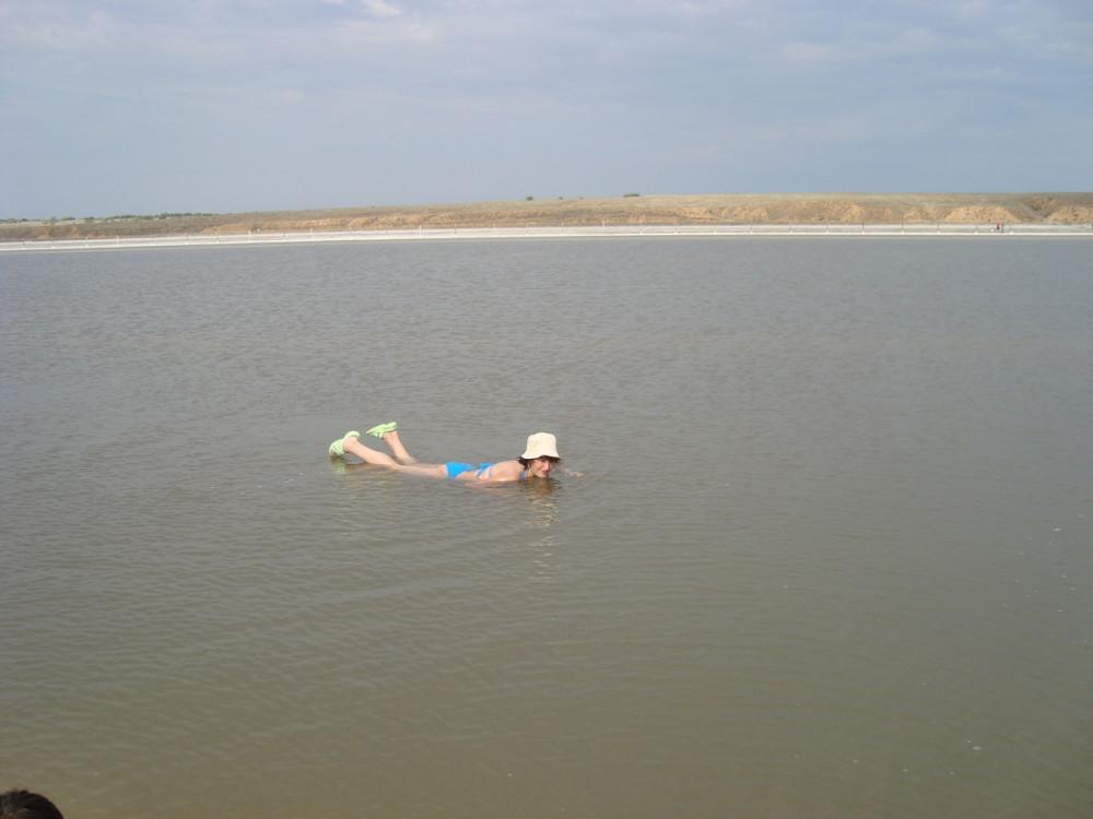 На соленом озере.
