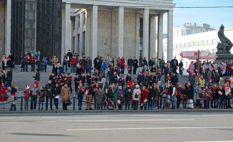 Люди ждут олимпийский огонь