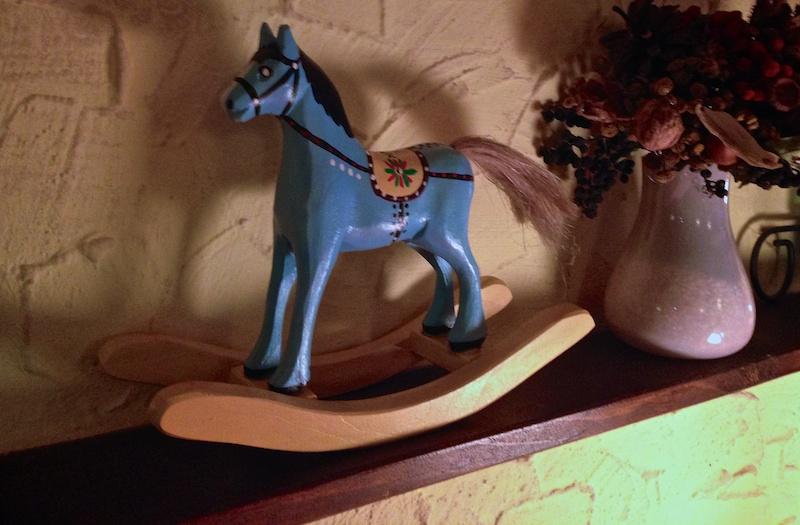 Фигурка лошади в ресторане