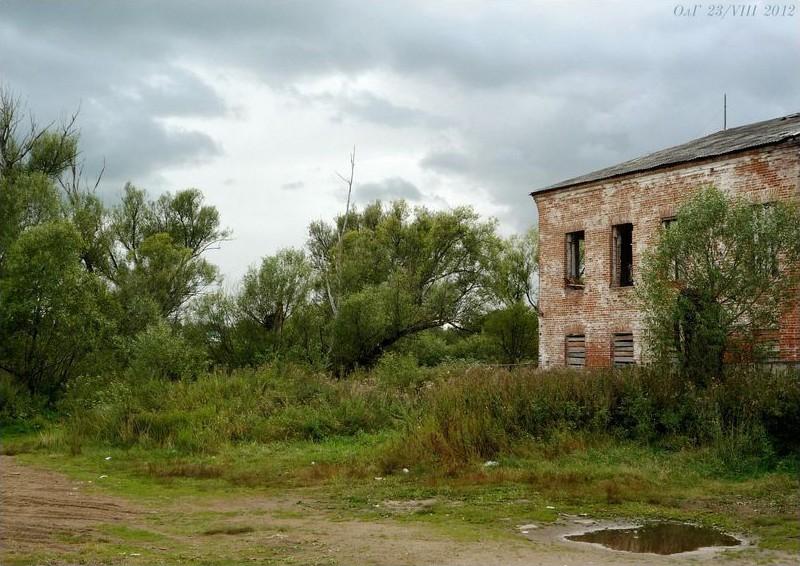 Кирпичное двухэтажное зданiе