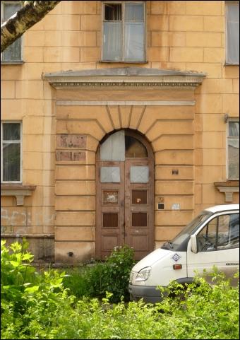 На ул. Зои Космодемьянской. Заколоченный подъезд