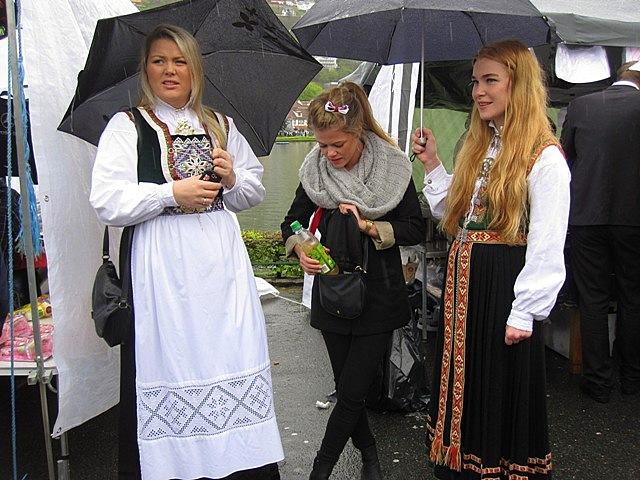 Рассказывая о своем восхищении любовью норвежцев к национальной одежде