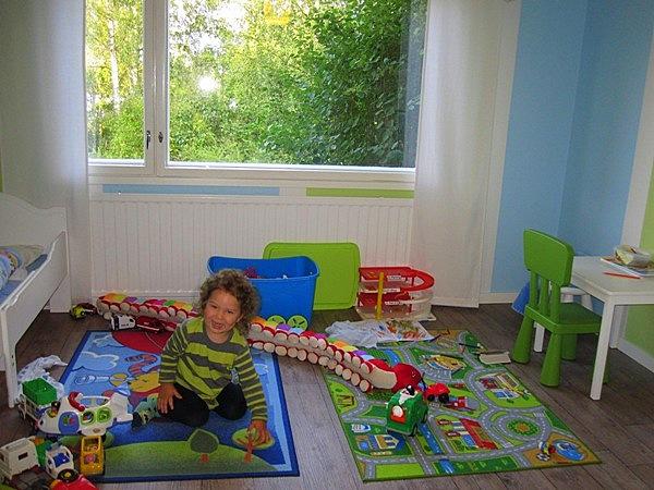 В детскую комнату встроенный шкаф-купе из комнаты родителей вдается углом