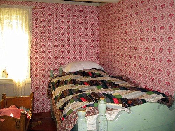 В комнате стоит колыбелька для малыша и складная кровать для ребенка постарше