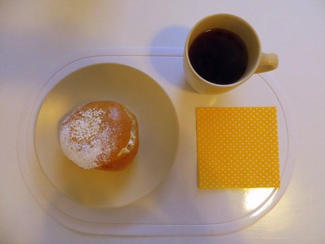 булочки Laskiaispulla на тарелке и чай