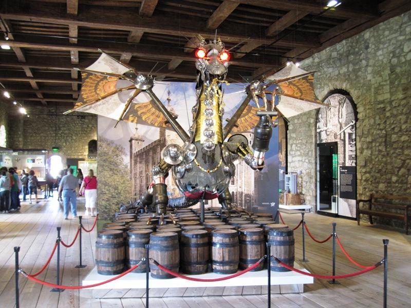 Этот дракон сторожит Белую Башню в Лондонском Тауэре днем и ночью