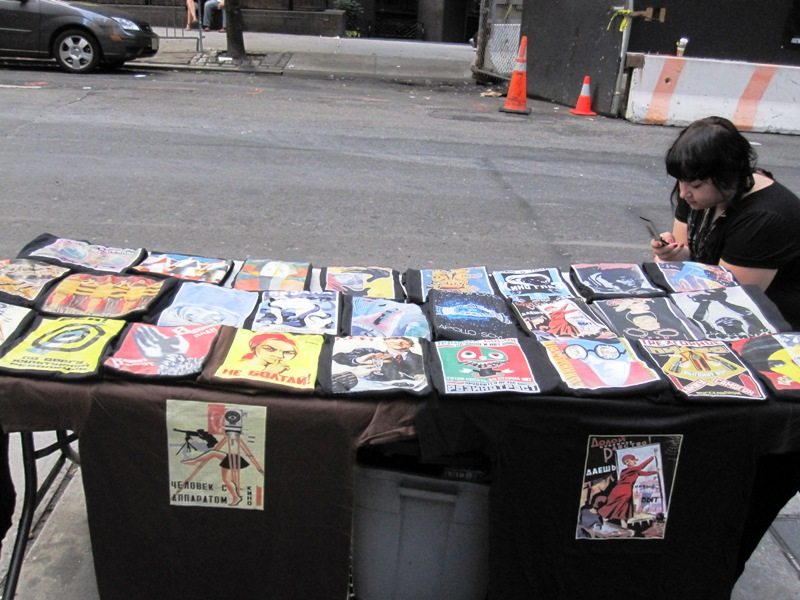 Ларек в Нью-Йорке с плакатами почему-то на русском языке