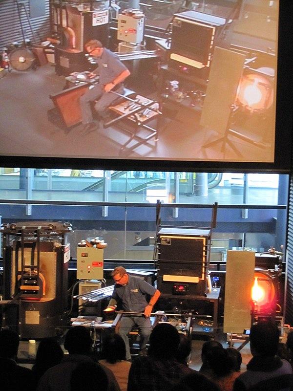 В Музее Стекла в американском городе Корнинге для посетителей показывают очень интересное шоу