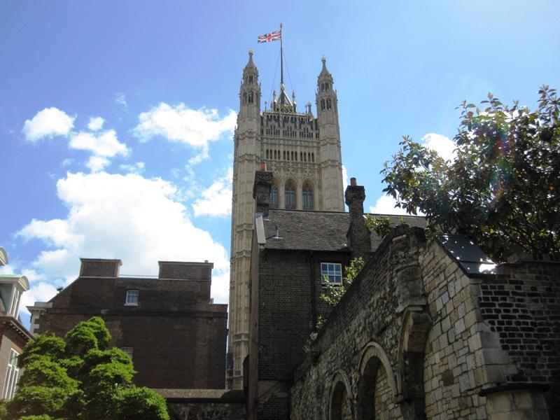 Из сада очень хорошо просматривается величественное здание аббатства