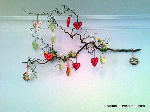 ветка с сердечками на стене