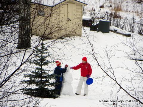 19 зато дети развлекаются всю зиму лепкой снеговиков