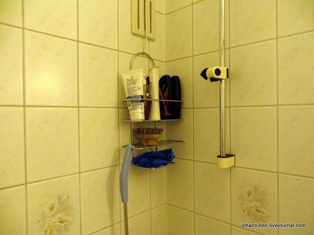 04 скрабовые перчатки на полочке в ванной
