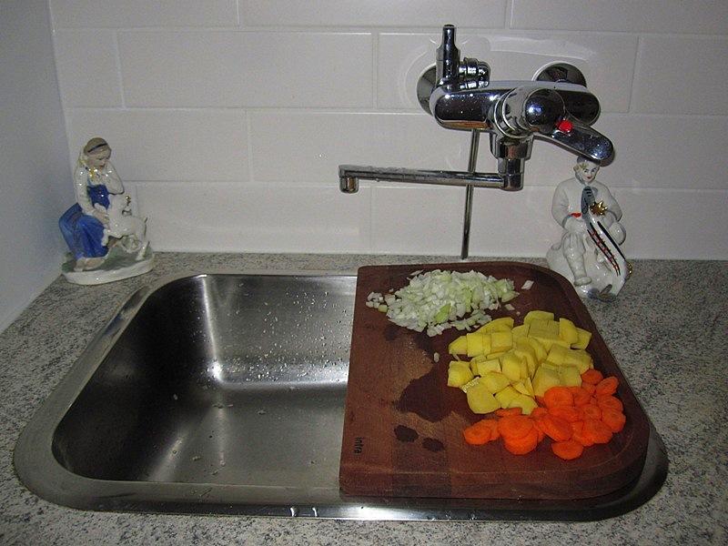 А под доску ставлю кастрюлю, в которую и сбрасываю нарезанные овощи