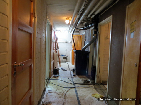 в подвальном коридоре