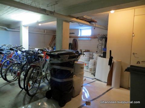 краска и мусорные контейнеры в подвале с велосипедами