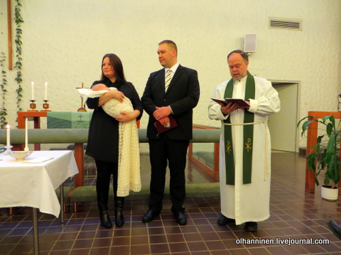 07 священник читает из Библии