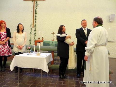 08 пастор поздравляет родителей и крестных с событием