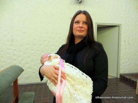 09 дочка снова спит у красивой мамы на руках