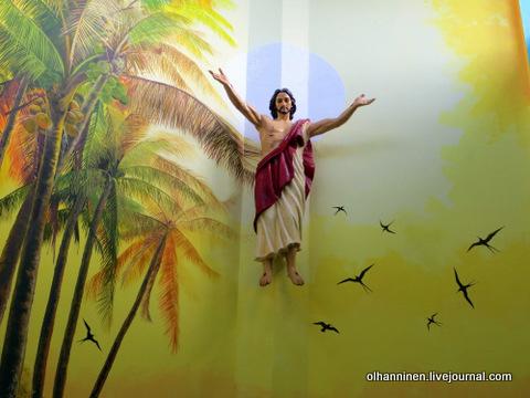 05 алтарь, роспись с пальмами, птицами и статуей Христа в человеческий рост