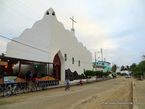 39 церковь спереди, ресторан. улица, велосипеды