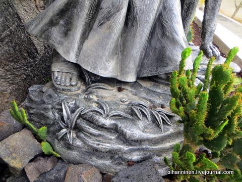 42 памятник, фрагмент, сандалии